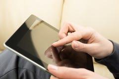 Mani della donna con il computer della compressa Fotografie Stock