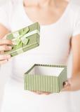Mani della donna con il contenitore di regalo Immagine Stock Libera da Diritti