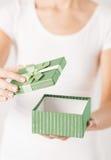 Mani della donna con il contenitore di regalo Fotografia Stock