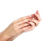 Mani della donna con il manicure francese Fotografie Stock
