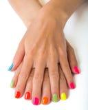 Mani della donna con il manicure luminoso Immagine Stock