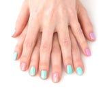 Mani della donna con il manicure luminoso Immagini Stock Libere da Diritti