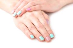 Mani della donna con il manicure luminoso Fotografia Stock
