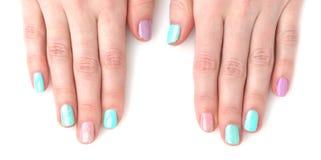 Mani della donna con il manicure luminoso Fotografie Stock