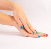 Mani della donna con il nuovo manicure Fotografia Stock