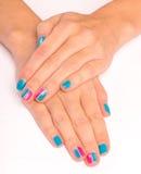 Mani della donna con il nuovo manicure Fotografie Stock Libere da Diritti