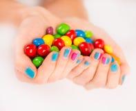 Mani della donna con le caramelle variopinte Fotografia Stock Libera da Diritti