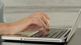 Mani della donna di affari con il computer portatile della tastiera stock footage