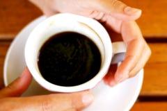 Mani della donna di tempo del caffè Immagine Stock Libera da Diritti