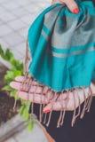 Mani della donna di Yong con la sciarpa del cashmere Isola di Bali immagini stock
