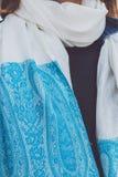 Mani della donna di Yong con la sciarpa del cashmere Isola di Bali fotografie stock