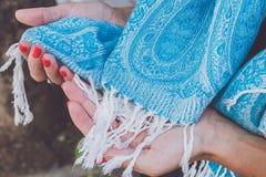 Mani della donna di Yong con la sciarpa del cashmere Isola di Bali immagine stock