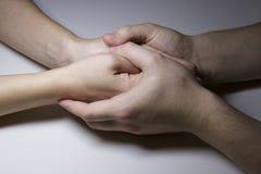 mani della donna e dell'uomo, amore fotografia stock libera da diritti