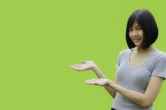 Mani della donna e palme aperte su fondo verde fotografia stock