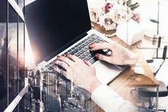 Mani della donna facendo uso del computer portatile vuoto fotografia stock libera da diritti