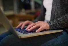 Mani della donna irriconoscibile che lavorano al computer portatile immagini stock libere da diritti