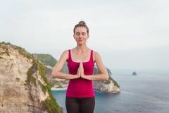 Mani della donna in mudra di preghiera di Namaste Gesto simbolico nel Hinduismo, buddismo Immagini Stock