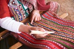 Mani della donna peruviana che fanno la lana dell'alpaga Fotografie Stock