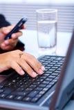 Mani della donna sulla tastiera del computer portatile Immagini Stock