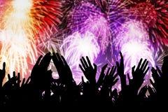 Mani della gente della folla che guardano i fuochi d'artificio Fotografie Stock