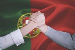 Mani della gente di affari vicino alla bandiera del Portogallo Immagini Stock Libere da Diritti