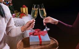 Mani della gente di celebrazione del nuovo anno o di Natale con i glas di cristallo Immagini Stock