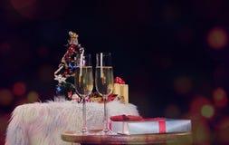 Mani della gente di celebrazione del nuovo anno o di Natale con i glas di cristallo Fotografia Stock Libera da Diritti