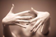 Mani della giovane donna Immagini Stock