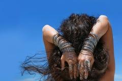 Mani della giovane donna con gli accessori di boho sulla fine della spiaggia su Fotografia Stock Libera da Diritti