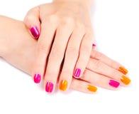 Mani della giovane donna con il manicure luminoso Immagini Stock Libere da Diritti