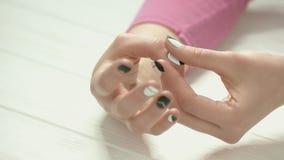 Mani della giovane donna con il manicure moderno stock footage