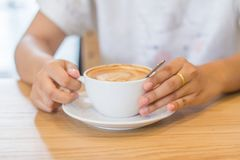 Mani della giovane donna con la tazza del cacao in polvere Immagine Stock Libera da Diritti