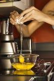 Mani della giovane donna con le uova. Fotografia Stock