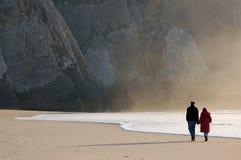 Mani della holding alla spiaggia Fotografia Stock Libera da Diritti