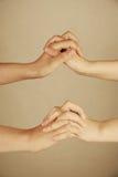 Mani della holding della donna e dell'uomo fotografia stock