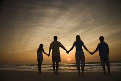Mani della holding della famiglia sulla spiaggia Fotografia Stock Libera da Diritti