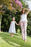 Mani della holding della figlia e della madre Fotografia Stock Libera da Diritti