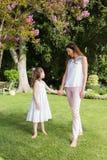 Mani della holding della figlia e della madre Fotografia Stock