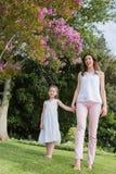 Mani della holding della figlia e della madre Immagine Stock