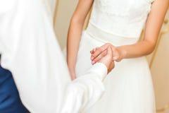 Mani della holding delle coppie di cerimonia nuziale Fotografia Stock Libera da Diritti