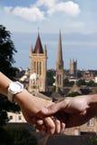 Mani della holding delle coppie in Plymouth, Regno Unito Immagini Stock