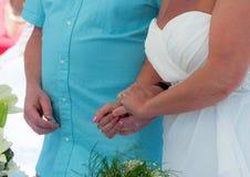 Mani della holding dello sposo e della sposa Fotografia Stock Libera da Diritti