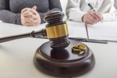 Mani della moglie, sentenza di divorzio di firma del marito, dissoluzione, annullante matrimonio, documenti di separazione legale fotografie stock libere da diritti