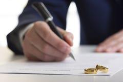 Mani della moglie, sentenza di divorzio di firma del marito, dissoluzione, annullante matrimonio, documenti di separazione legale fotografie stock