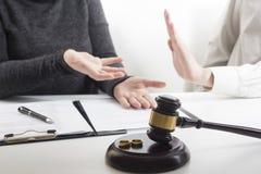 Mani della moglie, sentenza di divorzio di firma del marito, dissoluzione, annullante matrimonio, documenti di separazione legale fotografia stock libera da diritti