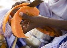 Mani della papaia indiana della sbucciatura della donna Immagine Stock Libera da Diritti
