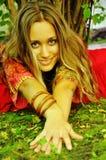 mani della ragazza che danno allungamento sorridente Fotografie Stock Libere da Diritti