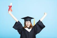 mani della ragazza di graduazione di successo su immagine stock