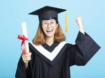 mani della ragazza di graduazione di successo su fotografia stock libera da diritti