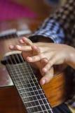 Mani della ragazza e della chitarra acustica immagini stock libere da diritti
